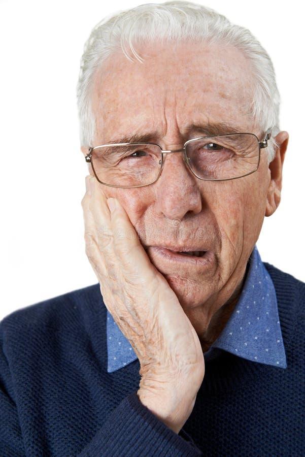 Portrait de studio d'homme supérieur souffrant avec le mal de dents image libre de droits