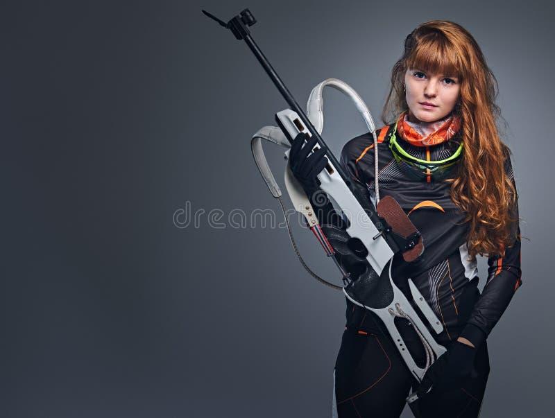 Portrait de studio d'un champion f?minin roux de biathlon image libre de droits