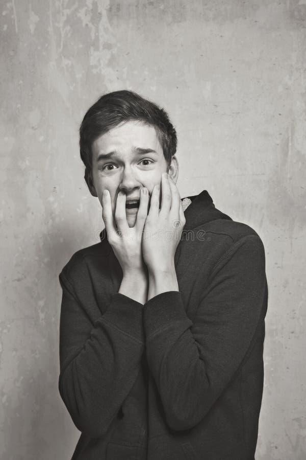 Portrait de studio d'un garçon d'adolescent Émotions d'une personne, crainte photo libre de droits