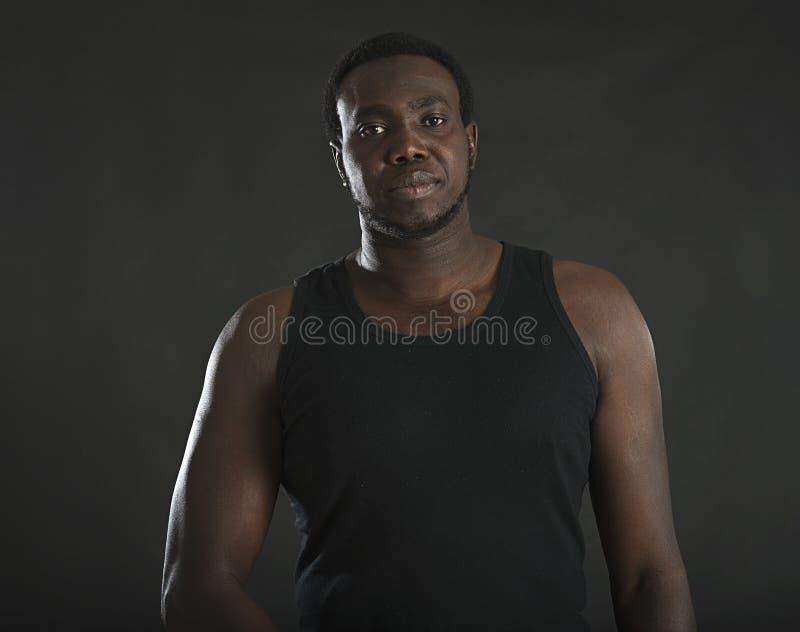 Portrait de studio d'un homme africain photographie stock libre de droits