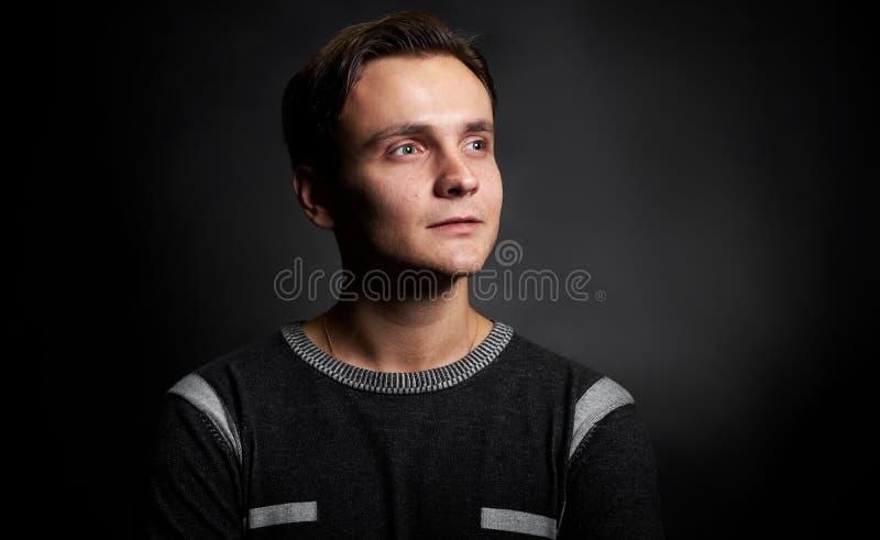 Portrait de studio d'un homme bel regardant loin images libres de droits