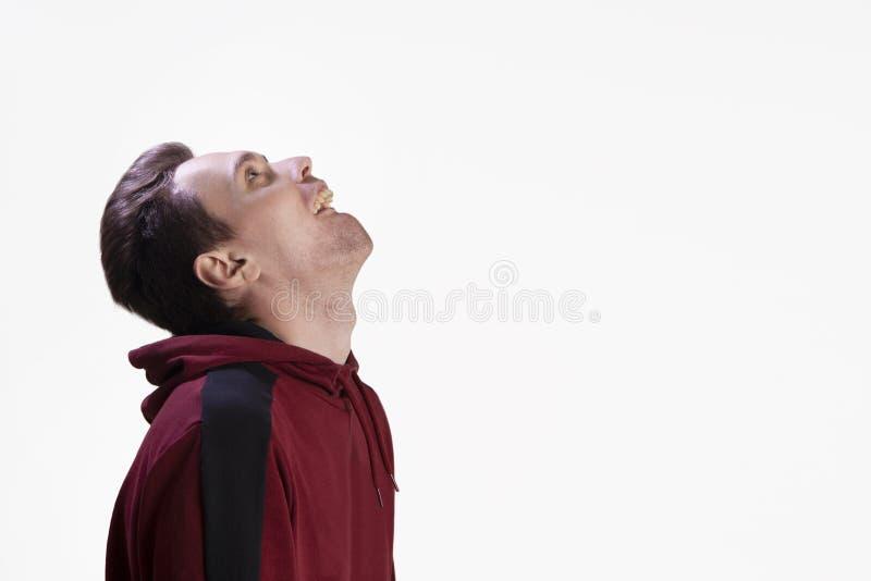 Portrait de studio d'un type qui grimace dans le studio image stock