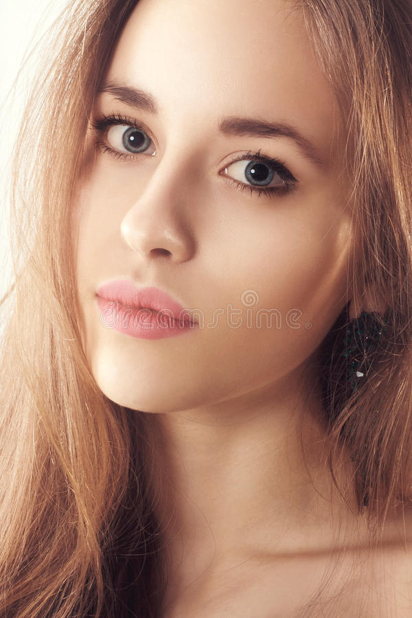 Portrait de studio d'une belle jeune femme blonde photo stock