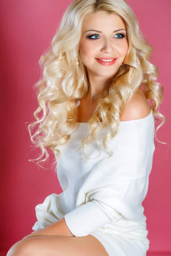 Portrait de studio d'une blonde renversante de beauté image libre de droits