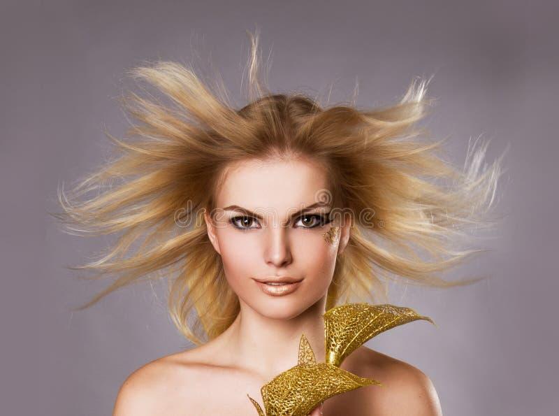 Portrait de studio de belle fille blonde images stock