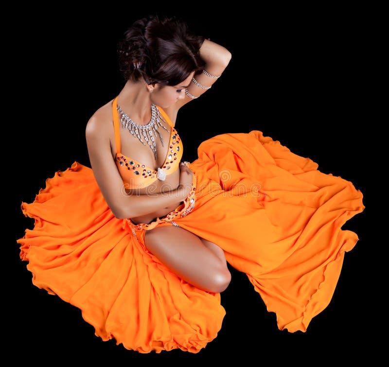 Danseur oriental sexy dans le costume orange photo libre de droits