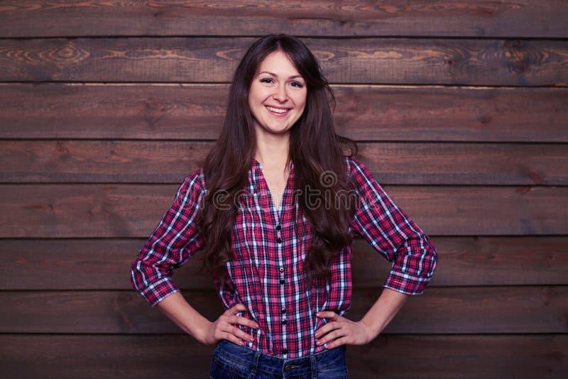 Portrait de studio de femelle assez jeune regardant l'appareil-photo photos stock