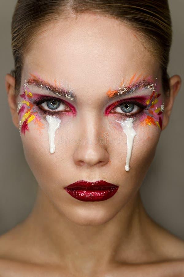 Portrait de studio de jeune belle femme avec le maquillage coloré créatif photos stock