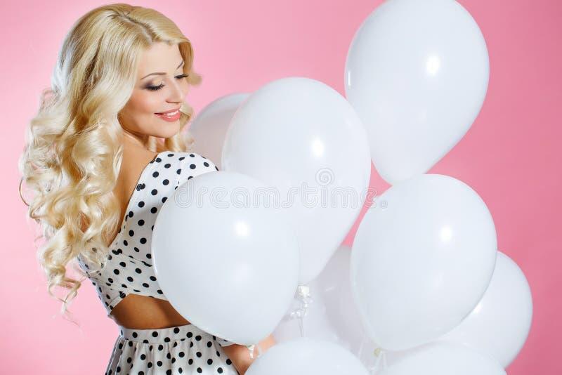 Portrait de studio de la belle femme avec des ballons photos libres de droits