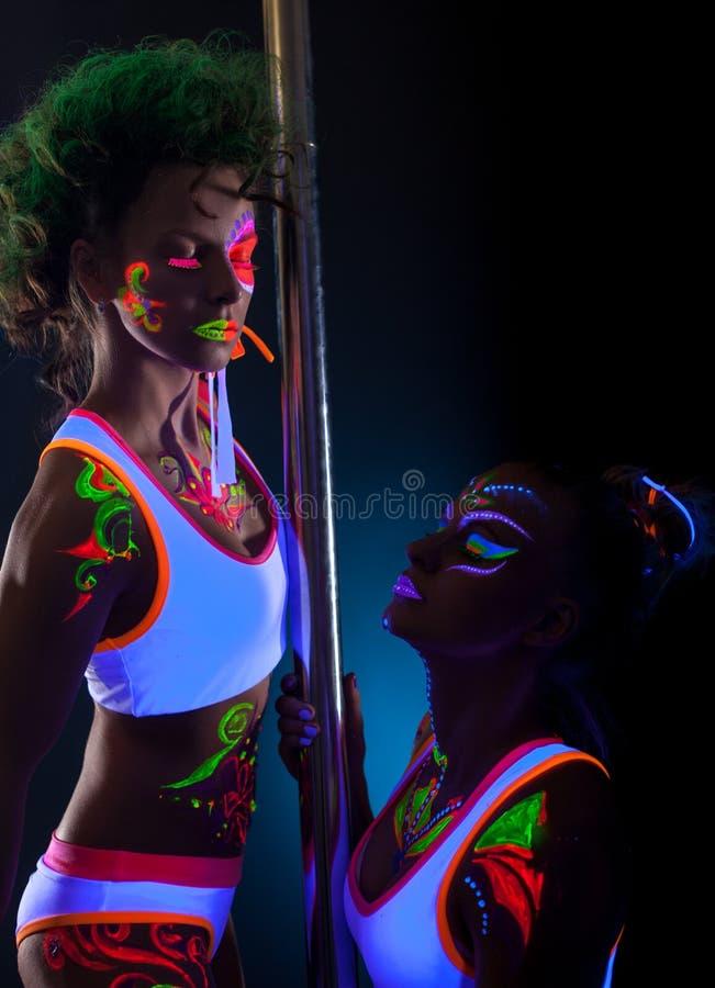 Portrait de studio des danseurs avec le bodyart lumineux photo stock