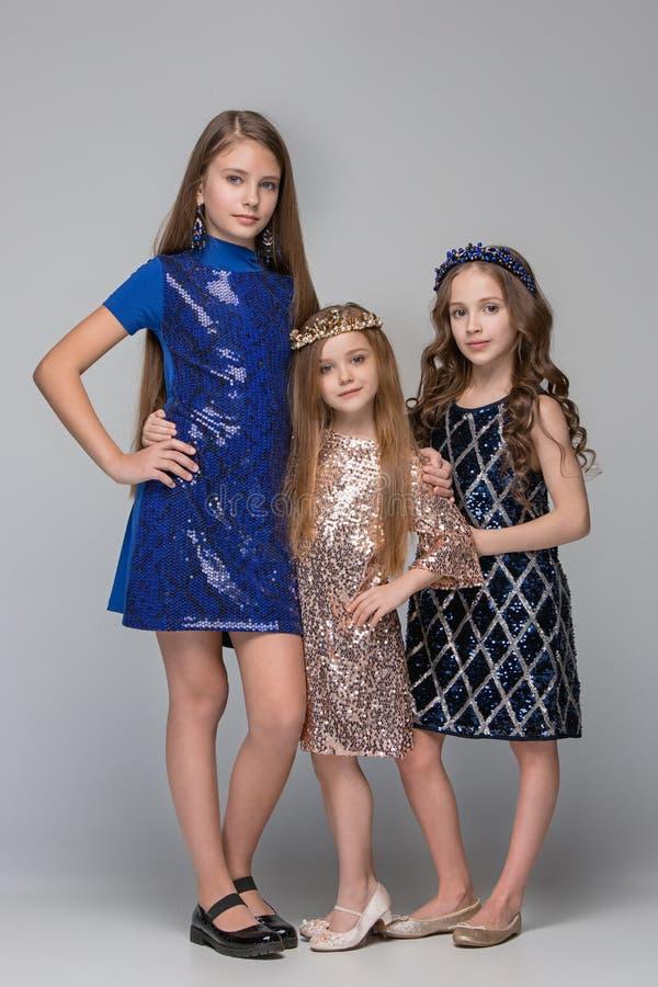 Portrait de studio de jeunes filles de l'adolescence caucasiennes attirantes posant au studio images libres de droits