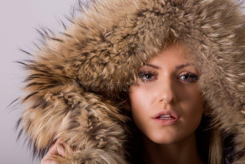 Portrait de studio de la femme blonde de beauté se tenant dans les vêtements noirs et la veste en cuir noire avec le collier de f photos stock
