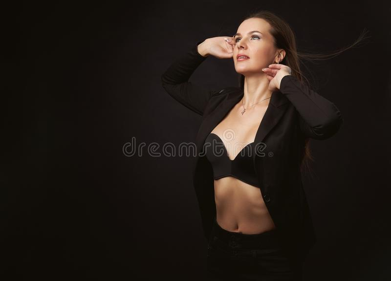 Portrait de studio de mode de belle dame photographie stock
