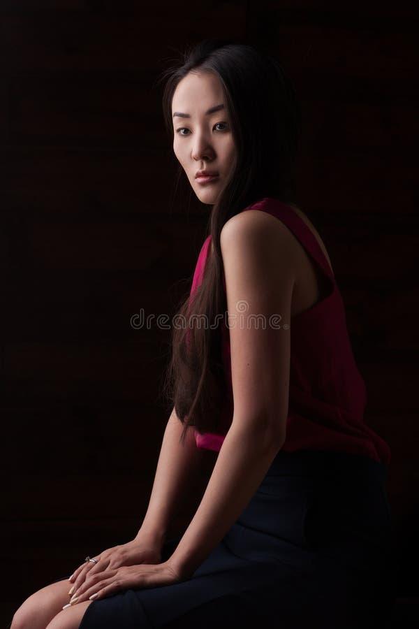 Portrait de studio de plan rapproché de belle femme asiatique photographie stock libre de droits