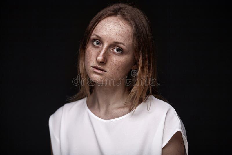 Portrait de studio de plan rapproché de femme couverte de taches de rousseur sans maquillage images stock