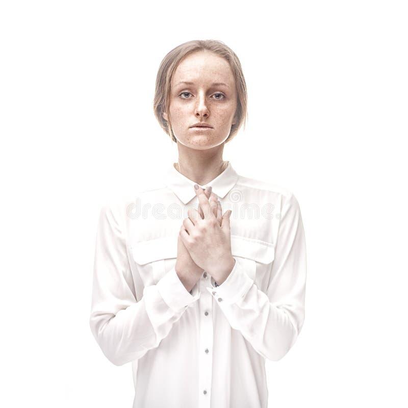 Portrait de studio de plan rapproché de femme couverte de taches de rousseur sans maquillage images libres de droits