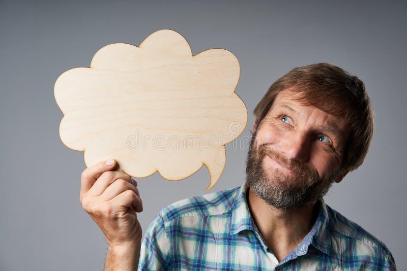 Portrait de studio de rêver l'homme mûr tenant la bulle de la parole image libre de droits
