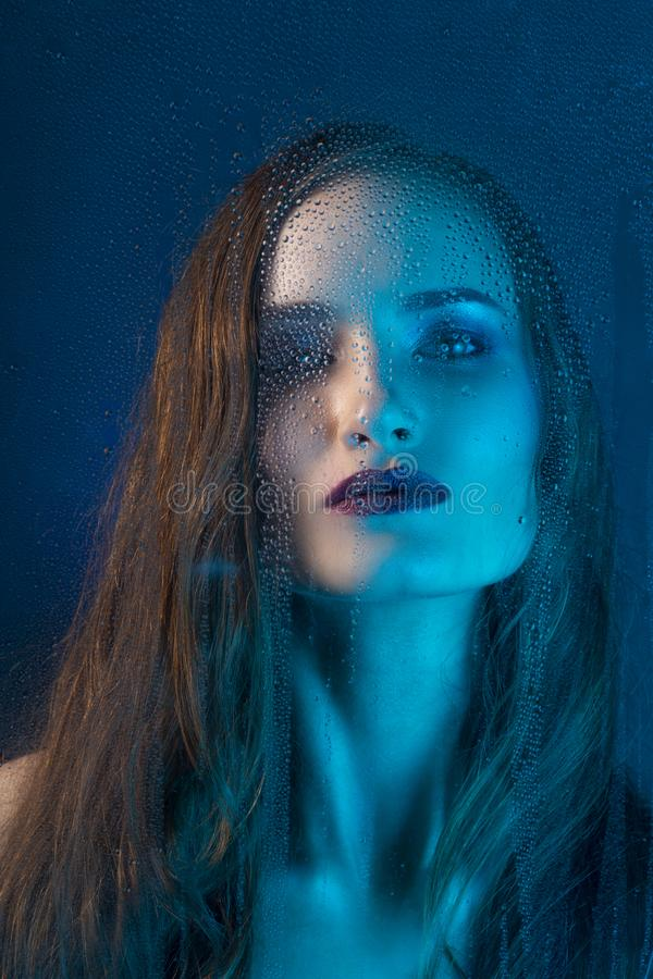 Portrait de style d'art dans des tons bleus d'un beau modèle triste isolé images libres de droits