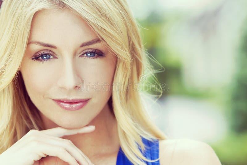 Portrait de style d'Instagram de femme blonde avec des yeux bleus images stock