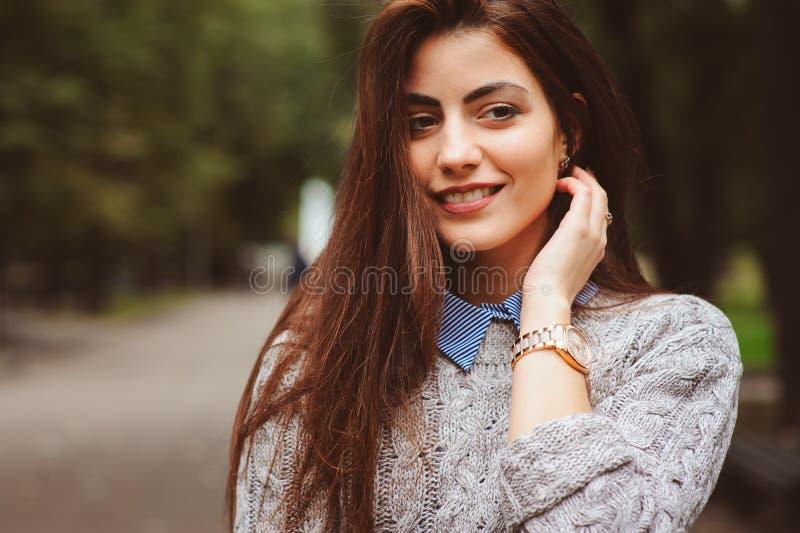 Portrait de style de rue de la jeune belle fille heureuse marchant dans la ville d'automne photographie stock libre de droits