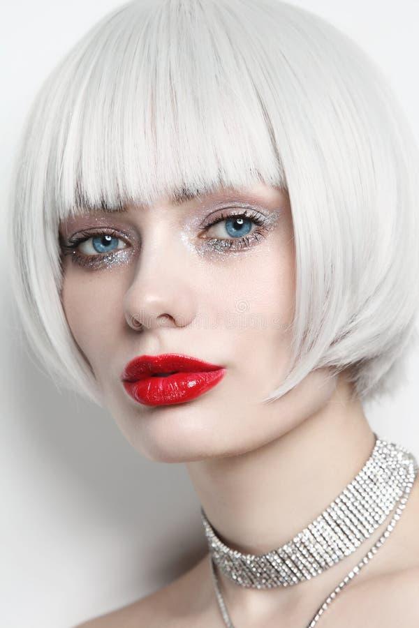 Portrait de style vintage d'une belle femme aux cheveux blonds en platine et aux lèvres rouges image stock