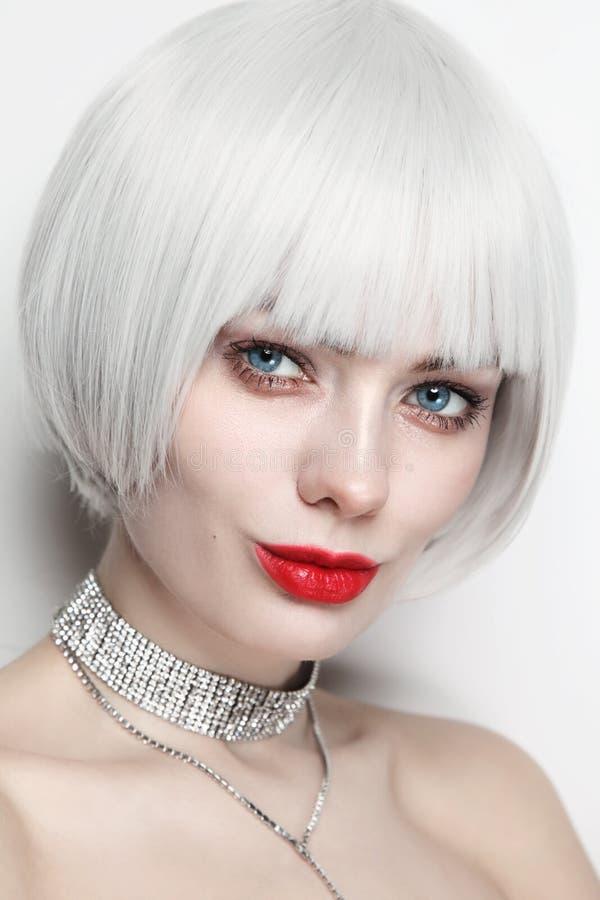Portrait de style vintage d'une belle femme aux cheveux blonds en platine et aux lèvres rouges photographie stock