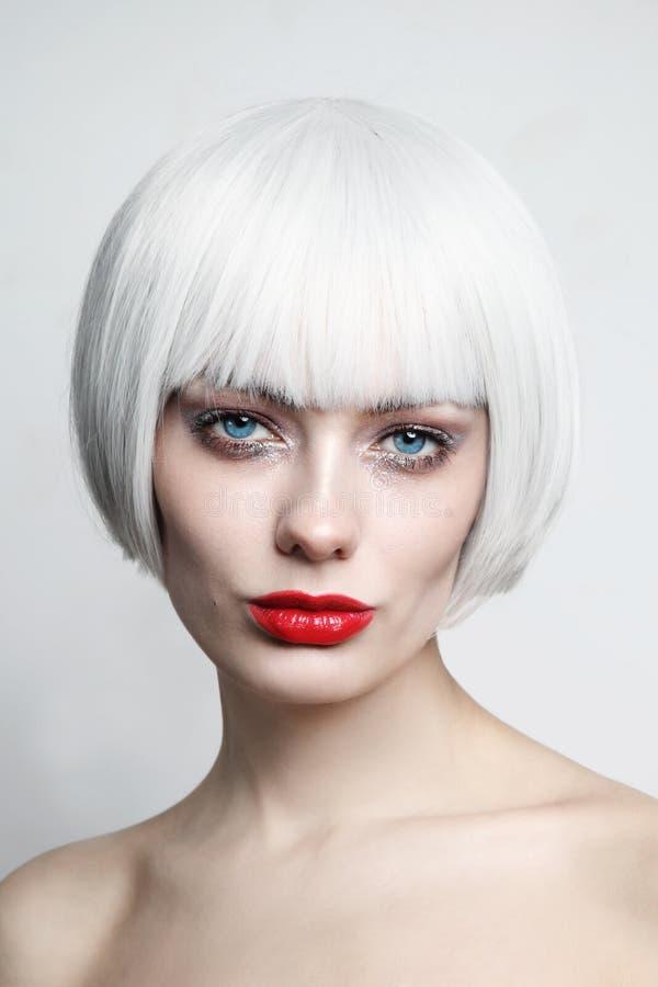 Portrait de style vintage d'une belle femme aux cheveux blonds en platine et aux lèvres rouges photos stock