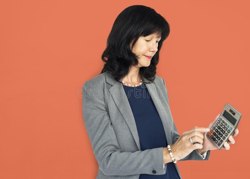 Portrait de succès de Smiling Happiness Calculator de femme d'affaires concentré images stock