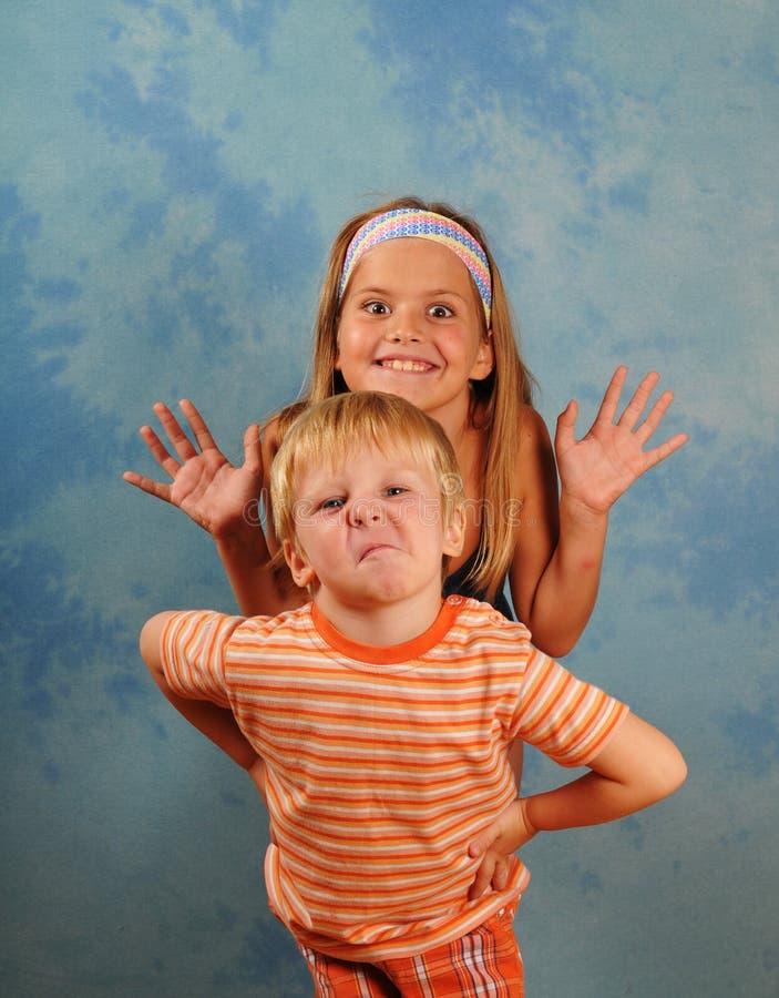 Portrait de taquinerie d'enfants image libre de droits