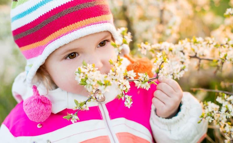 Portrait de temps mignon de petite fille au printemps image libre de droits