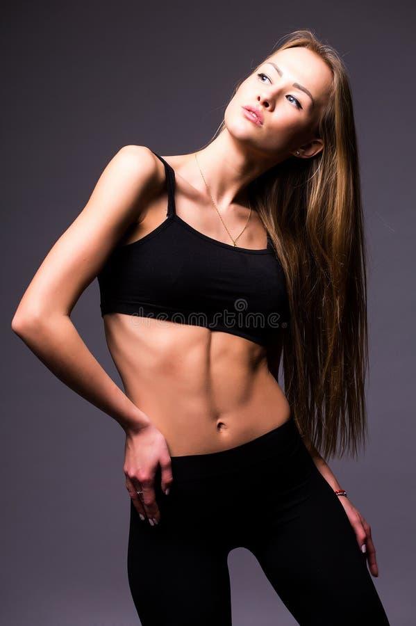 Portrait de tendresse, de grâce, de mélodie et de plastique de fille gymnastique photographie stock