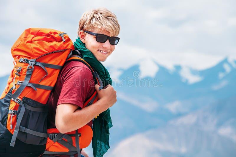 Portrait de touristes de randonneur de jeune homme beau sur le bâti de l'Himalaya photos stock