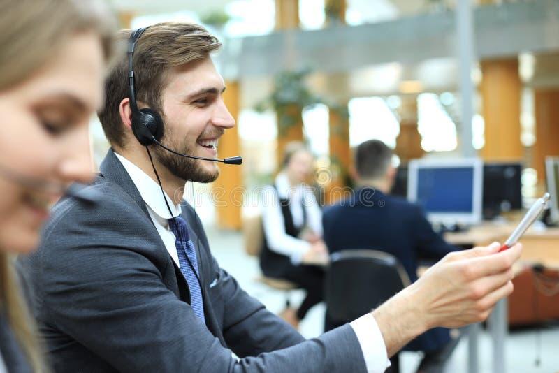 Portrait de travailleur de centre d'appels accompagn? de son ?quipe Op?rateur de sourire de support ? la client?le au travail photographie stock