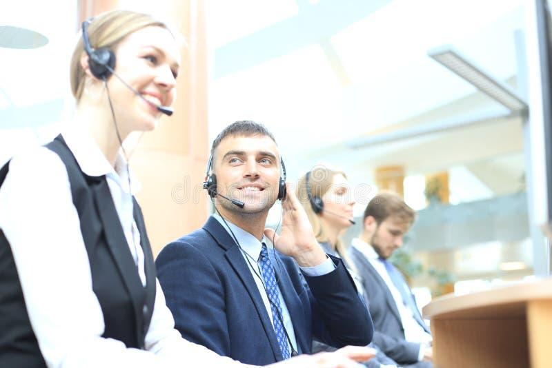 Portrait de travailleur de centre d'appels accompagn? de son ?quipe Op?rateur de sourire de support ? la client?le au travail photographie stock libre de droits
