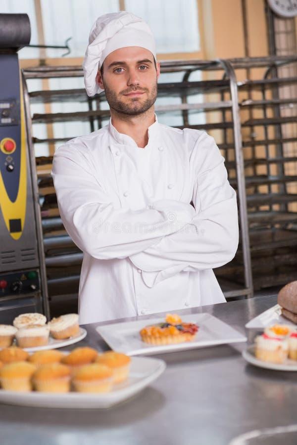 Portrait de travailleur de sourire derrière le dessert images libres de droits