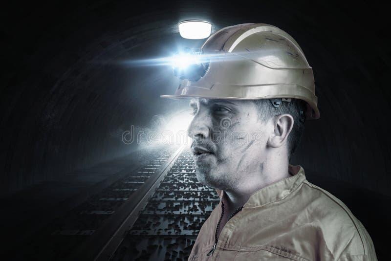 Portrait de travailleur de rail fatigué avec le ligh orange d'unifom et de casque images libres de droits