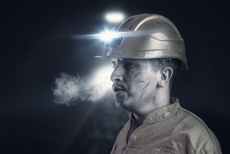 Portrait de travailleur de rail fatigué avec le ligh orange d'unifom et de casque image stock