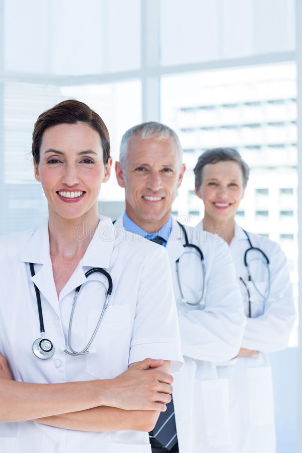 Download Portrait De Trois Collègues Médicaux De Sourire Avec Des Bras Croisés Photo stock - Image du indoors, docteur: 56483954