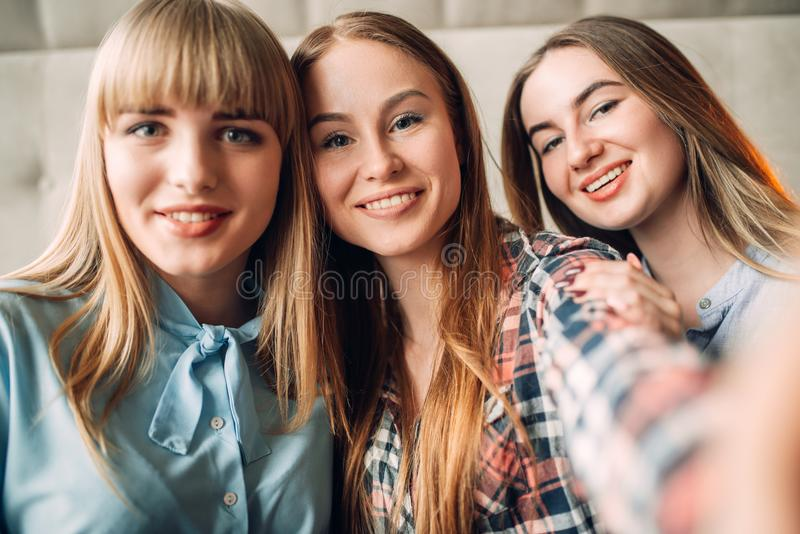 Portrait de trois jeunes amies de sourire image stock