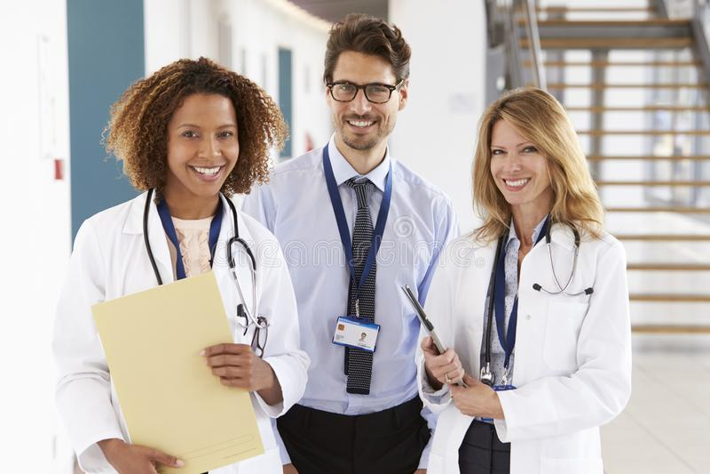 Portrait de trois masculins et de médecins féminins, regardant à l'appareil-photo image libre de droits