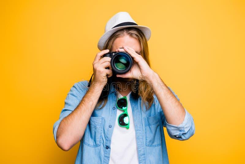 Portrait de type dans le chapeau regardant l'appareil-photo de photo, photogr de tir photos libres de droits
