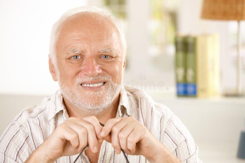 Portrait de vieil homme heureux photographie stock