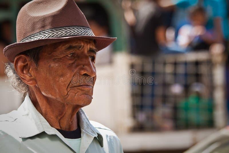 Portrait de vieil homme nostalgique d'une ville côtière images stock