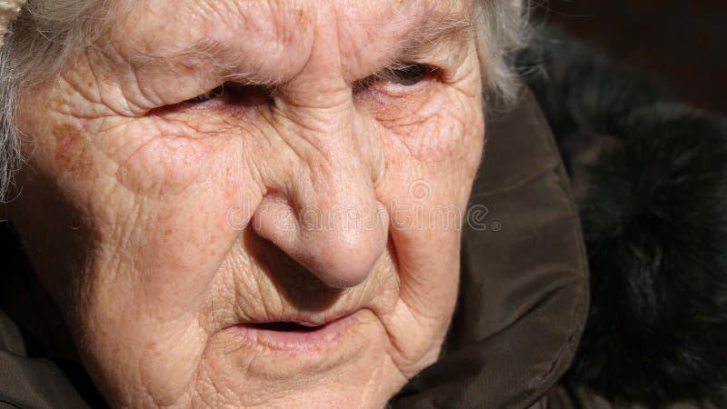 Portrait de vieille femme parlante Plan rapproché photographie stock libre de droits