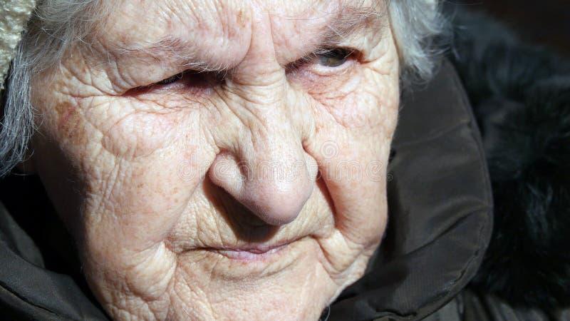 Portrait de vieille femme parlante Se reposer sérieux de grand-mère extérieur et parler Plan rapproché image stock
