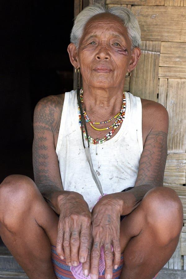 Portrait de vieille femme philippine avec des tatouages images stock