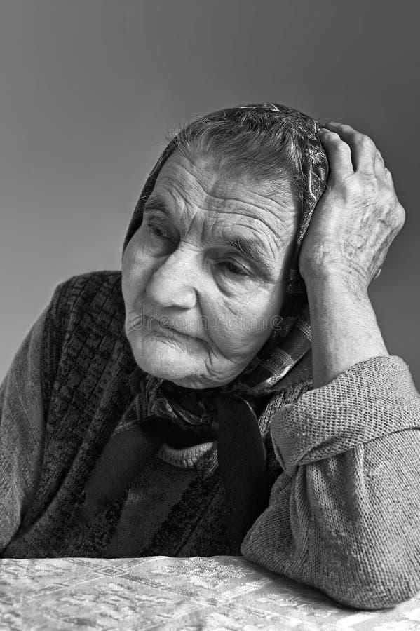 Portrait de vieille femme supérieure songeuse seule triste. photo libre de droits