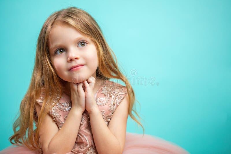Portrait de vieille fille de quatre ans adorable dans l'isolant rose de robe de princesse photographie stock