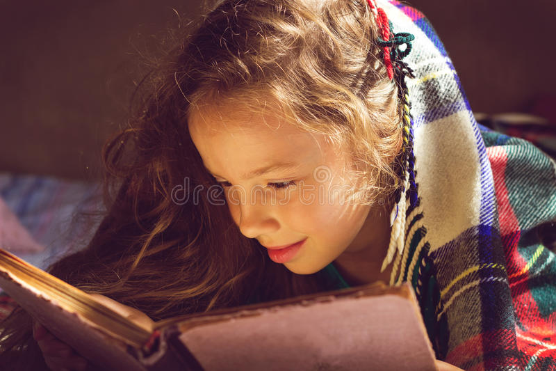 Portrait de vintage de fille mignonne lisant un livre dans le jour froid photo stock