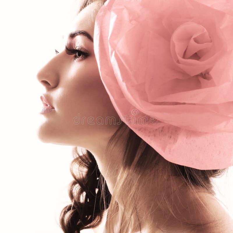 Portrait de vintage de fille de charme de mode avec la fleur rouge dans elle photo stock